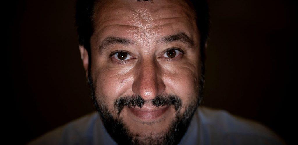 la faccia di Salvini su uno sfondo scuro
