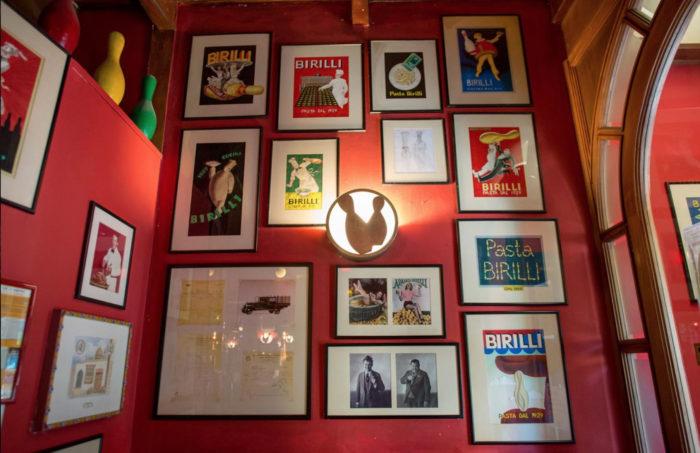La parete del ristorante Birilli di Piero Chiambretti a Torino