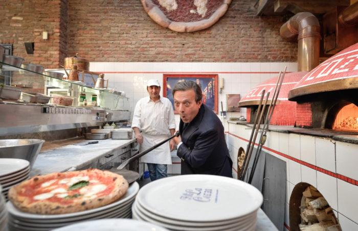 Piero Chiambretti che sforna una pizza nel suo ristorante Fratelli La Cozza a Torino